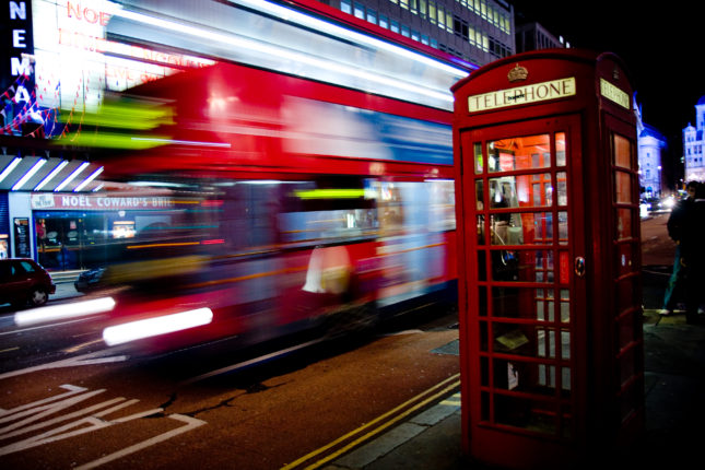 London_bus_and_telephone_box_on_Haymarket motion blur shutter speed